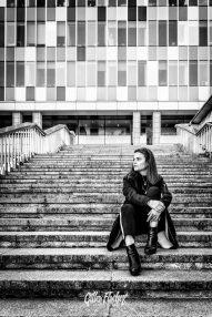 Photo de la chanteuse Nephtys dans des escaliers